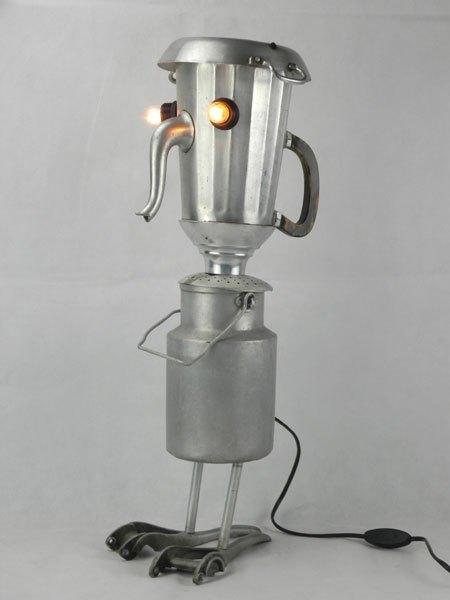 Sanbri. Association d'une cafetière et d'une timbale pour un personnage lumineux.
