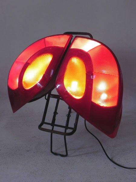 Smartford. Assemblage lumineux de deux feux arrière de voiture sur un porte bagage. Rouge et noir.