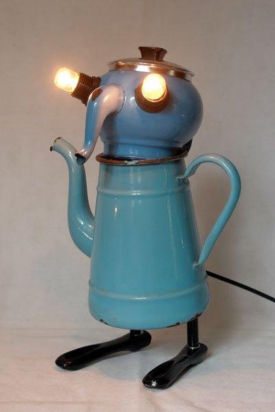 Thecafleu2. Assemblage vaisselle en émail bleu. Composition: cafetière et théière en émail, couvercle, poignées de casserole.