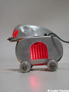 Lampe aluminium: boite et feu de vélo d'Angèle Riguidel