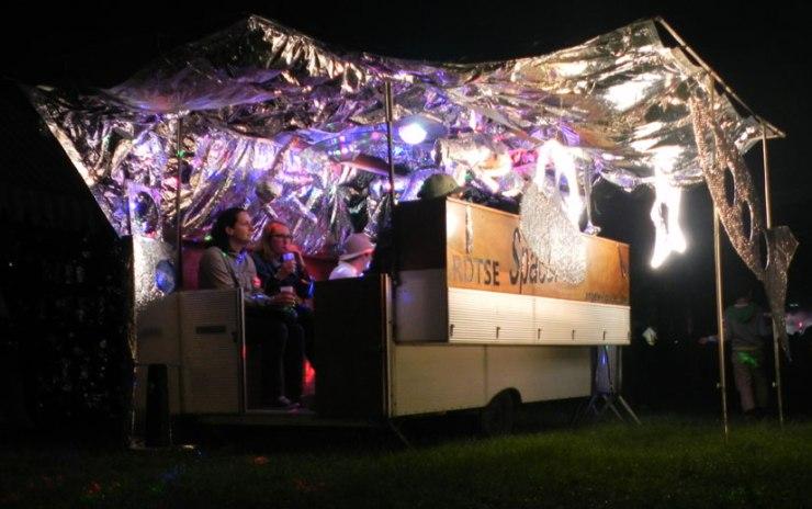 installation rétro-futuriste dans une caravane