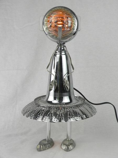 Sculpture assemblage cuisine lumineux. Composition: une coupe de sport, un panier vapeur, un bol, un filtre, deux mini moules et une pince à escargot.