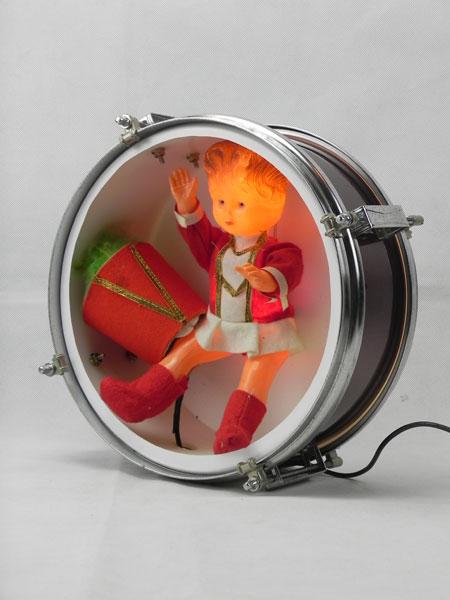 Majobour. Batterie avec poupée majorette lumineuse. Métal peint, plastique, métal chromé, textiles, recyclage, détournement.