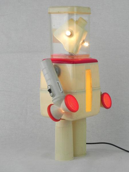 Rocook. Robot boites détournées lumineux. Assemblage de 2 pots, 2 lampes de poche, 2 inhalateurs, masque d'inhalation. Crème et rouge.