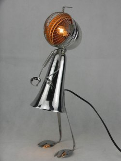 Lampe féminine en métal. Assemblage de deux coupes de sport, une passoire, deux couverts et une pince à escargot.