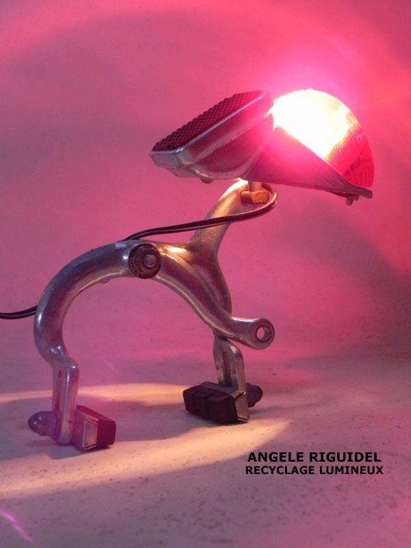 Lampe sculpture, assemblage frein et feu arrière de vélo.