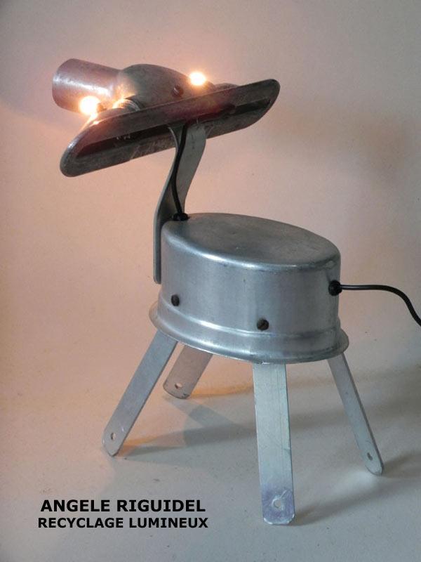 Sculpture animal à 4 pattes en aluminium. assemblage gamelle et pièce d'aspirateur
