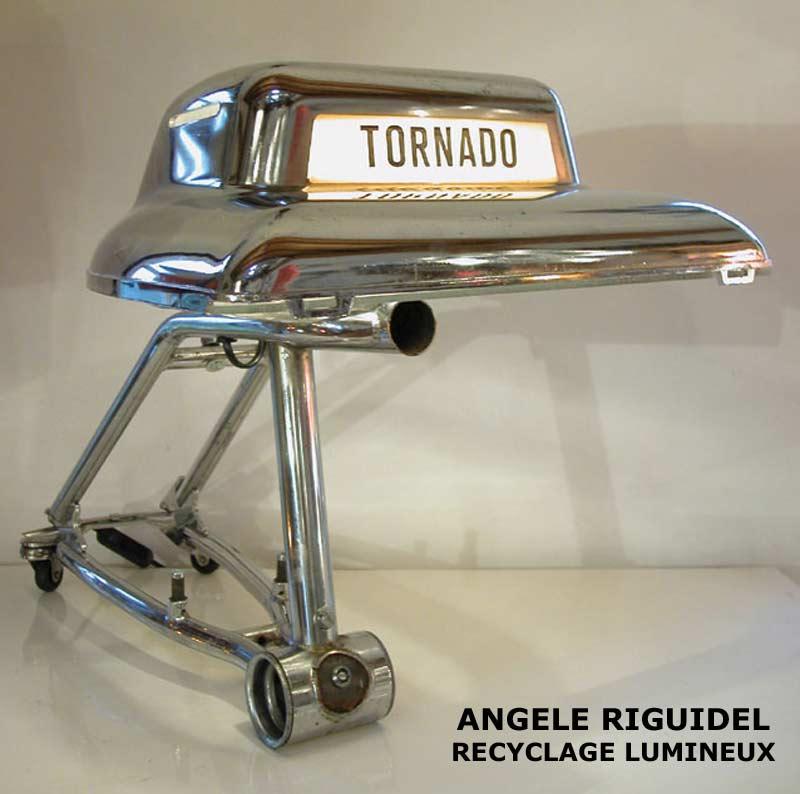 Sculpture objets détournés, cireuse Tornado sur cadre de vélo, chromé