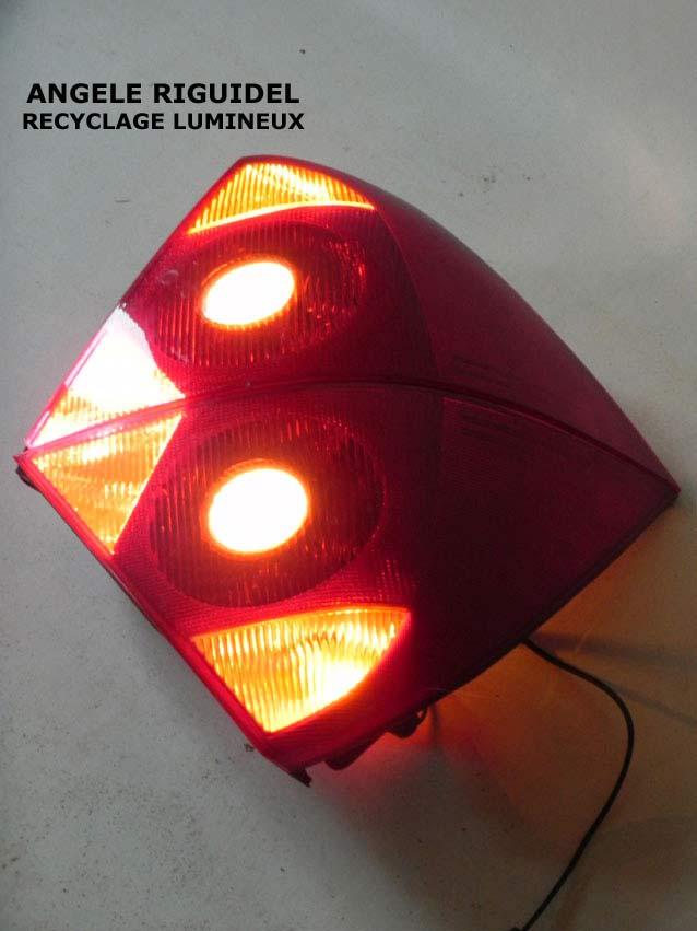 Sculpture objets détournés, feux arrières de voiture, aquatique, rouge, luminaire applique