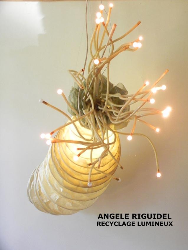 Sculpture Poulpe, recyclage de lampes d'Ikéa. abat jour en papier et grappe de lumière