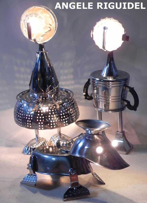 assemblage d'inox et métal chromé. objets de la cuisine. Lampes sculptures
