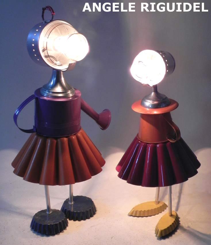Sculptures, personnages féminins en moules à gâteaux colorés