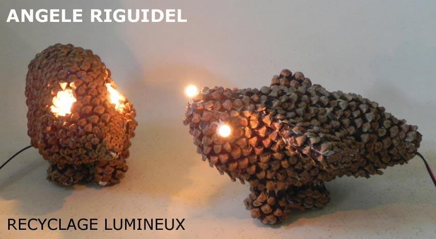 Sculptures en pommes de pin recomposées, Animaux préhistoriques, art brut, lumière, étrange