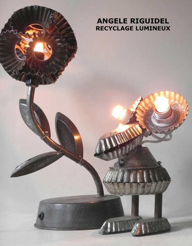 Sculptures assemblage d'objets de cuisine, pâtisserie, moules en fer. lampes en acier. Moule à gâteaux, tartelette, barquette, muffins, brioche.