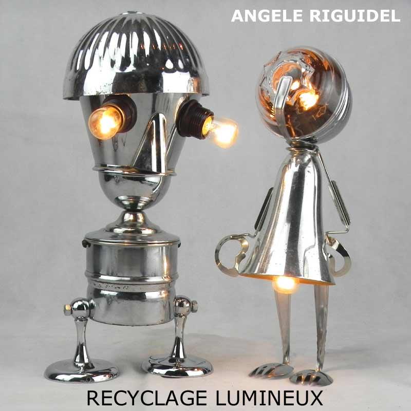 Sculptures assemblage d'objets. Robots lampes en métal chromé. Coupe de sport, gamelle, cafetière, ramequin, pince à escargot.
