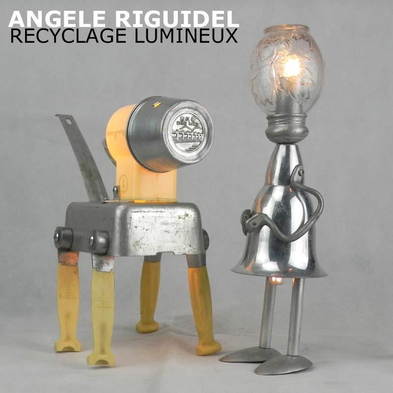 Sculptures assemblage d'objets. Robots lampes en aluminium et plastique beige. Coupe de sport, gamelle, anses, cuillères, poignées, sucrier, thermos.