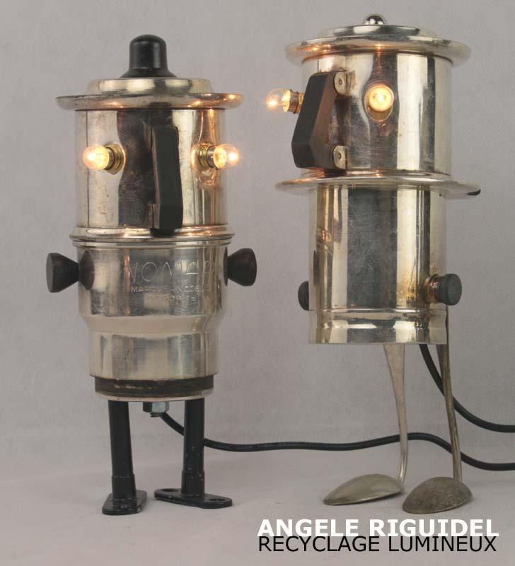 Sculpture personnages lumineux. Service à café en argent, bakélite.. Assemblage d'objets.