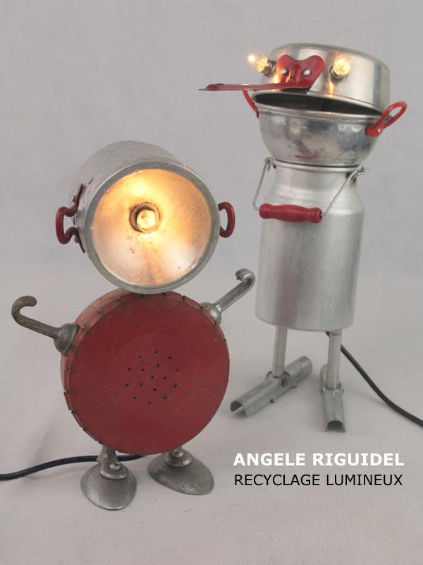Sculpture assemblage objet détournés, personnages jouets, dinette, boites anciennes, aluminium et rouge.