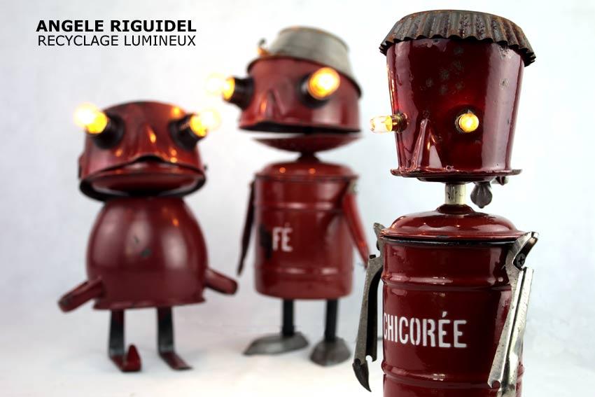 personnages en émail rouge brique, gamelles, casseroles, faitout, ustensiles de cuisine rustique. Sculptures objets détournés.