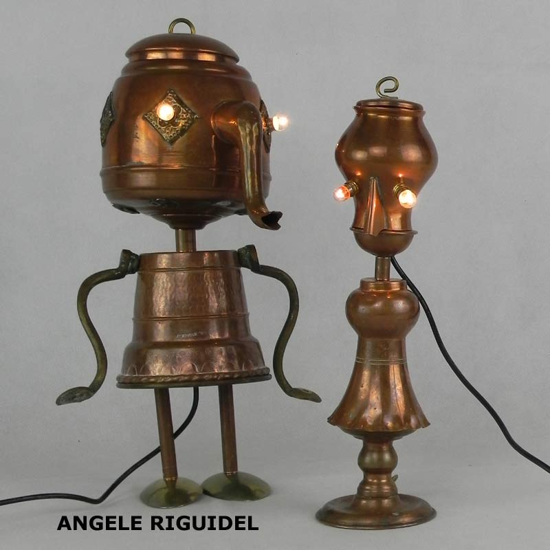 Sculpture personnages en cuivre, assemblage d'objets, théière, pot