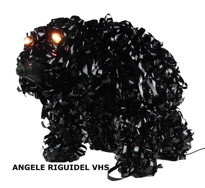 sculpture chien en bande magnétique, noir, taille réelle.