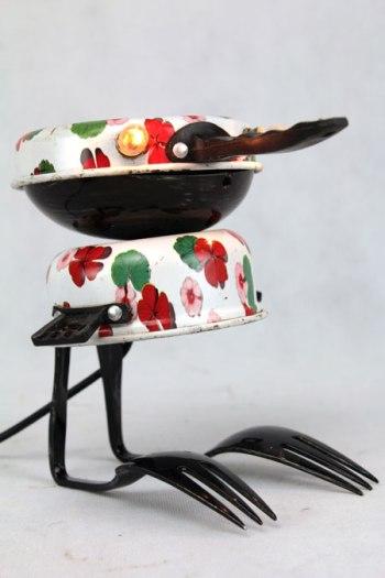 Sculpture oiseau dînette. Assemblage: casserole et gamelle de dînette, coupe de sport, fourchette à dessert. blanc, noir, motif fleuri. lamp