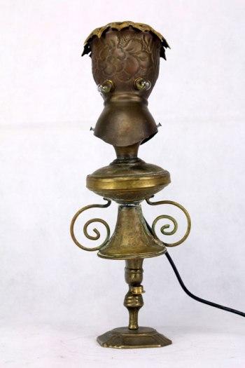 Assemblage d'objets en laiton. Composition: pot, versoir, chandelier, élément de lustre. Sculpture, détournement d'objets, upcycling, art