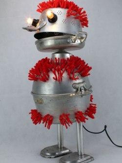 assemblage sculpture passoires en aluminium et laine rouge