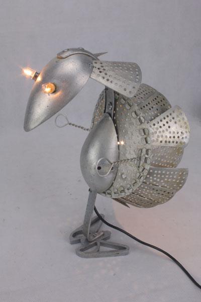 assemblage sculpture oiseau, ustensiles de cuisine en aluminium.