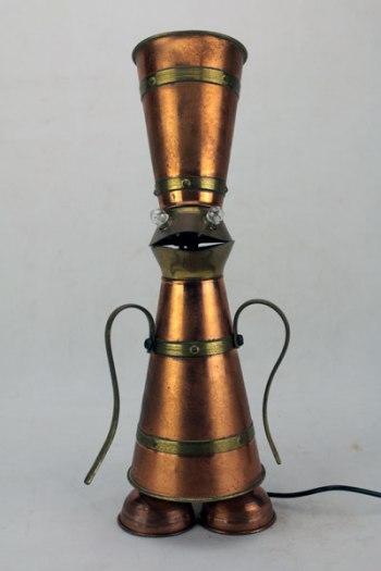 Personnage magicien grenouille cuivre. Assemblage de 2 brocs en cuivre avec rayures en laiton, 2 coquetiers, 2 anses.