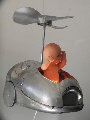 Hélicoptère, assemblage lumineux d'un aspirateur et d'une hélice. Recyclage avec un baigneur.