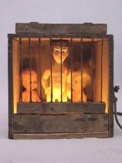 Assemblage cage à oiseaux et poupées de collection. Histoire d'échelles, Lampe curieuse.