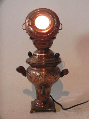 Sculpture assemblage d'objets décoratifs. Composition: mini samovar et mini marmite. Lumineuse.