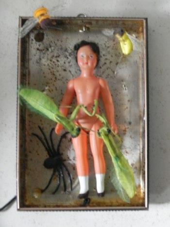 Assemblage de phobies, poupée dans une boite en métal imprimée avec insectes en papier, araignée plastique. Boite lumineuse.