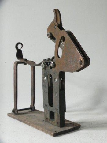 Sculpture bovin avec objets métalliques et bois. Assemblage d'un élément de porte industrielle et autres morceaux de métal rouillé. bois, métal.