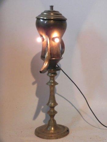 Sculpture théière orientale détournée. Assemblée à un couvercle et un bougeoir. Lampe.