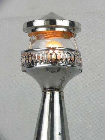 Phare en métal chromé. Détournement d'objets: bol, coupe, gamelle, grille, couvercle, verre.