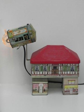 Assemblage de boite maison, sculpture lumineuse.