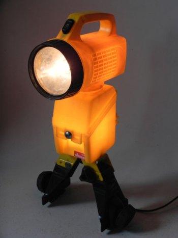 Robot jaune avec lampe torche, porte galerie de voiture, boitier de batterie. Détournement d'objets. Recyclage lumineux.