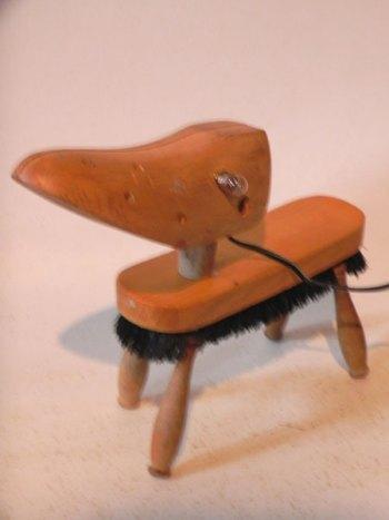 Assemblage lumineux chien avec embauchoir, brosse et quatre manches de fourchettes. Sculpture, détournement, recyclage.