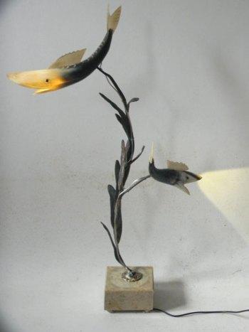 Sculpture arbre à poissons lumineux. Assemblage poissons en corne, élément décoratif floral en fonte sur un marbre de coupe de sport.