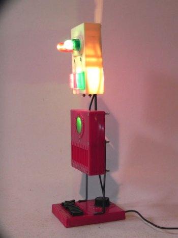Robot bataille navale lumineux. Jouet démonté et recomposé. Vintage, rouge, beige, vert.