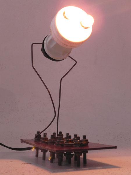 Sculpture détournement de composants électriques.