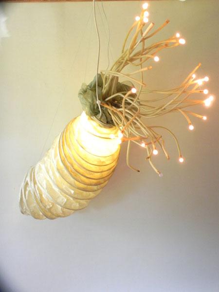 Sculpture poulpe géant détournement de lampes.