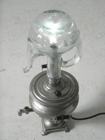 Assemblage lumineux samovar miniature et flacon à huile.