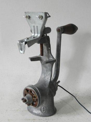 Sculpture animal lumineux avec hachoir à viande, élément de fixation.