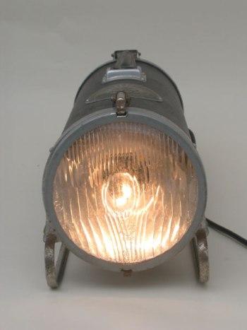 Détournement d'un aspirateur traineau avec un phare de voiture. Lampe de plancher.