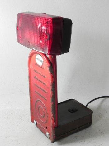 Assemblage lumineux rouge: feu, trottinette et boite.