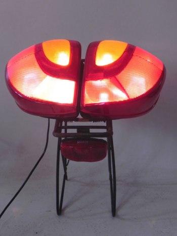 Assemblage lumineux de deux feux arrière de voiture sur un porte bagage. Rouge et noir.