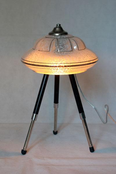 Lampe soucoupe avec verrerie sur un trépied photo.